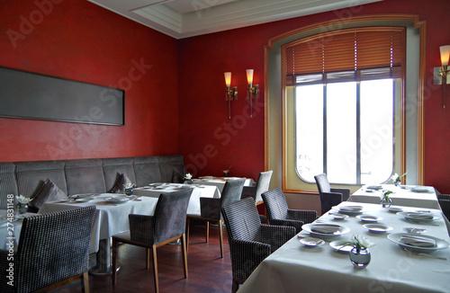 Photo  Elegantes Restaurant auf Luxus-Kreuzfahrtschiff mit roten wünden und Holzboden