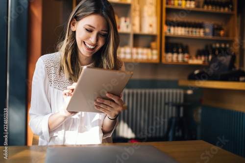 Photo  Beautiful brunette woman using laptop in cafe