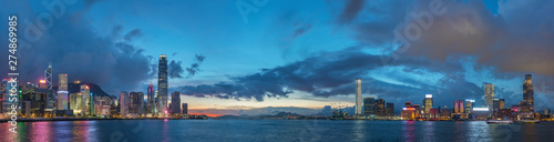 Foto auf Gartenposter Blau Jeans Panorama of Skyline and harbor of Hong Kong city at dusk