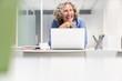 Leinwandbild Motiv Erfolgreiche Business Frau am Laptop Computer