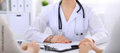 Fotografia  Doctor talking to patient at hospital office