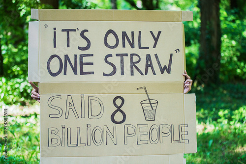 Fotografía  poster with slogan to save the planet with out using plastic straw