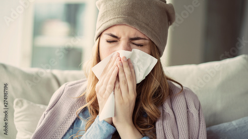 Photo  Young woman suffering from cold