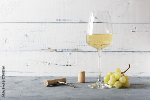 Fotografía  Glass of white wine on vintage wooden table