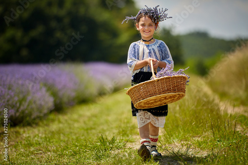 Photo  Girl in traditional costume in a lavender field