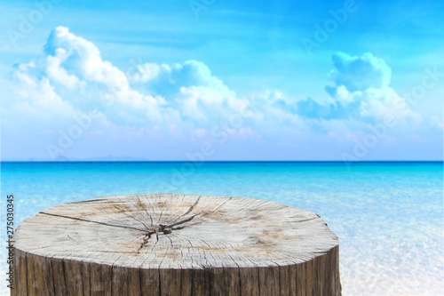 Foto auf AluDibond Pool Wooden desk or stump on sand beach in summer. background. For product display