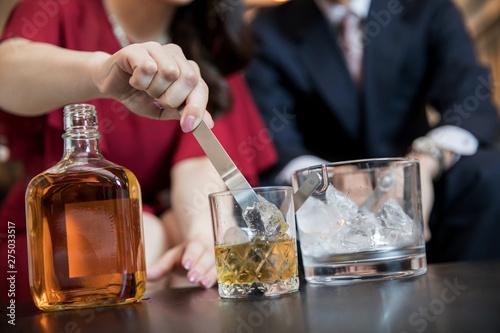 Obraz na plátně お酒を作る女性