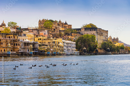 Cadres-photo bureau Con. Antique A view of Udaipur city palace from lake Pichola.
