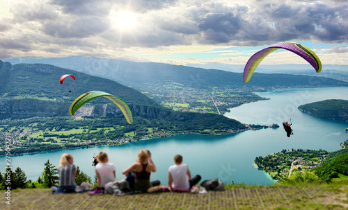 Photo Paragliders with parapente jumping of Col de Forclaz near Annecy in French Alps, in France