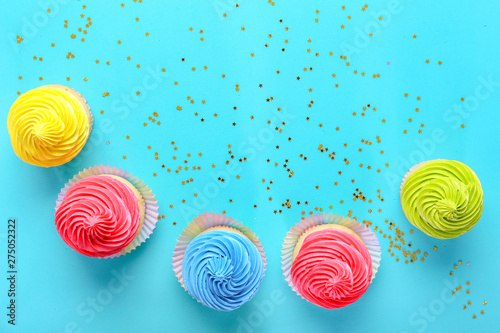 Photo  Sweet tasty cupcakes on color background