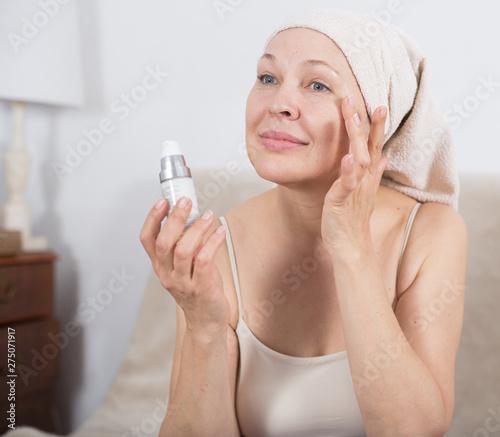 Fotografia Woman using face cream