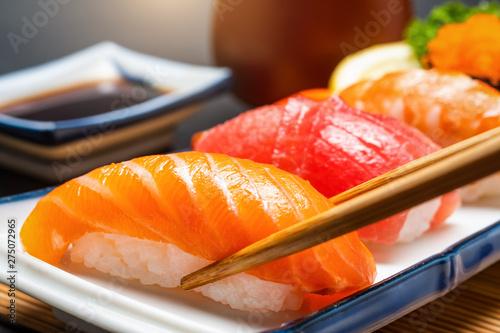 sushi-losos-i-krewetki-sushi-tunczyka-i-wasabi-na-bialym-talerzu-na-drewnianym-stole