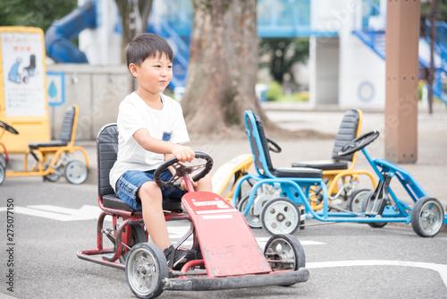Fototapeta 乗り物に乗る子供