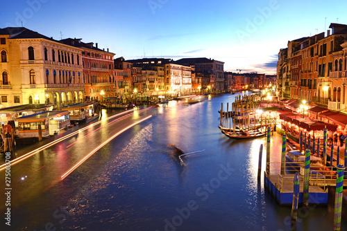 Paesaggio di Venezia in notturno. © bussiclick