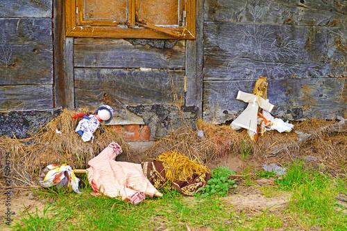 Bambole di pezza abbandonate. © bussiclick