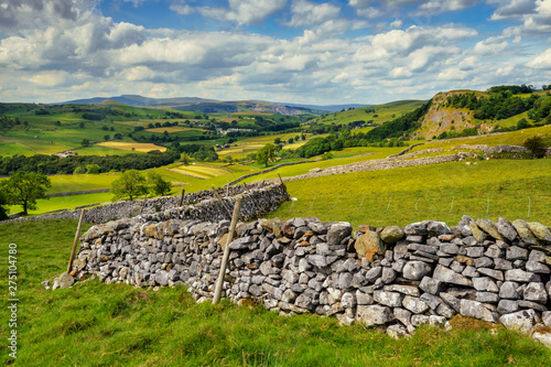 Foto auf Gartenposter Rosa dunkel Attermire Scar above Settle in the Yorkshire Dales during a summers day walk