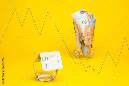 La base de la sociedad capitalista es la propiedad privada y por lo tanto el dinero que sirve para comprar los servicios básicos y los alimentos. El dinero es la base del mantenimiento y creación de l © Jorge
