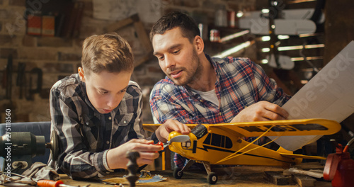 Fotografia Father and son are modeling a toy airplane in a garage at home.
