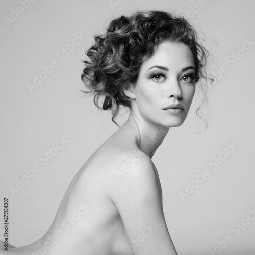 Ingelijste posters womenART Nude woman with elegant hairstyle on gray background