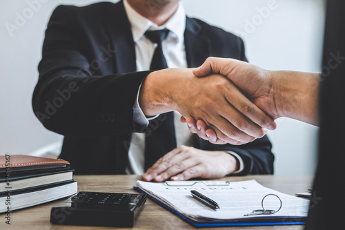 Cuadros en Lienzo Finishing to successful deal of real estate, Broker and client shaking hands aft