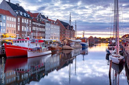 Poster Europese Plekken Copenhagen. Nyhavn Canal, colorful houses and city embankment at sunrise.
