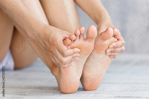 Photo 足を触る女性