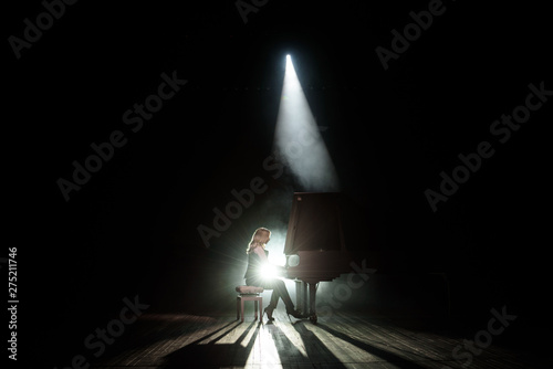 Fotografia Close up view of a girl plays piano in the concert hall at scene