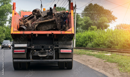 Fotografía rear view of a dump truck loaded on the road laden with scrap metal