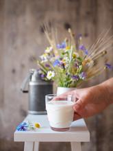 Fraun Mit Einem Glas Milch In Der Hand, Ländliches Motiv, Frühstück, Weidemilch