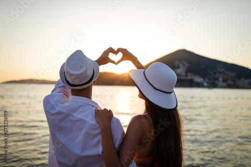 Montage in der Fensternische Individuell Happy couple in love walking on beach on honeymoon vacation