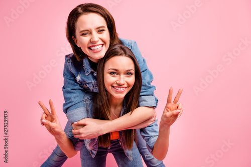 Fotografía  Close up photo two beautiful funky sisters she her best ladies party chill mood