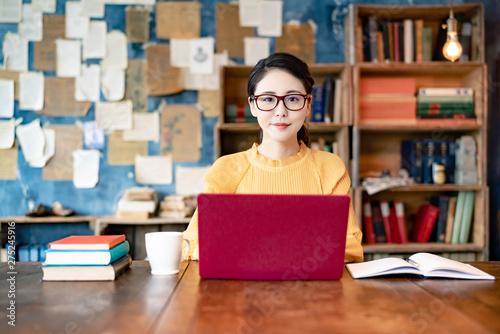 Fototapeta 書斎の女性
