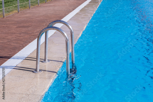 Stickers pour porte Fleur Stairs in a beautiful swimming pool