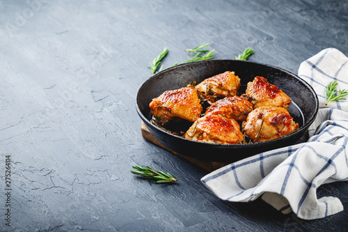Fotografía Delicious fried chicken thighs in a cast iron skillet