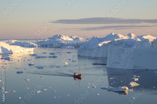 Foto auf AluDibond Rosa dunkel Red Fishing Boat in Ilulissat Icefjrod