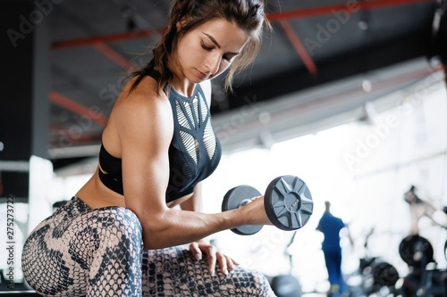 Fotomural beautiful muscular fit woman exercising building muscles