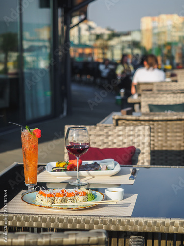 Photo Sky cafe on the roof terrace with view of modern city