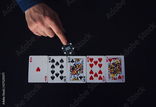 Papel de parede Closeup of guy hand, poker player bluffing, as betting one chip