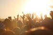 menschen im sonnenuntergang auf einem open air festival