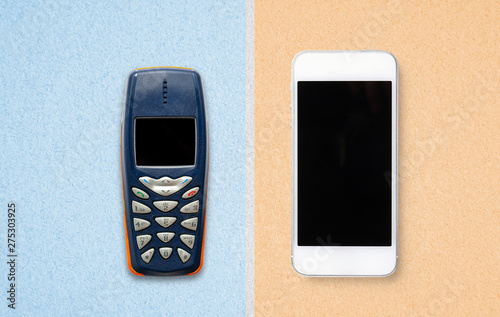 Photo Altes Feature Phone und modernes Smartphone auf Papieruntergrund