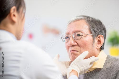 Leinwand Poster Female doctor check throat