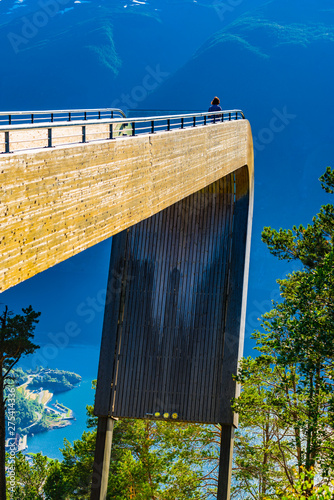 Fotografia Tourist enjoy fjord view on Stegastein viewpoint Norway