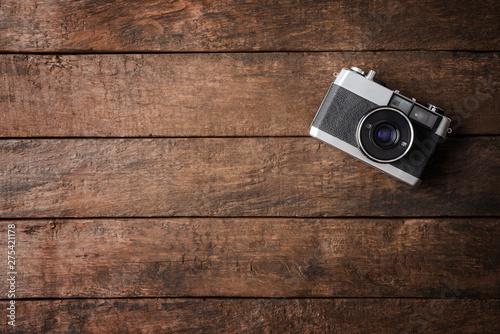 Obraz Old photo camera on wooden background - fototapety do salonu