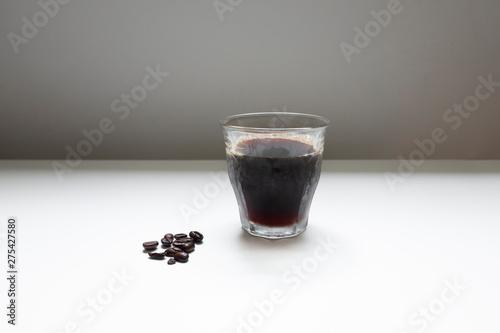 Photo  アイスコーヒーとコーヒー豆の白背景でのイメージ写真
