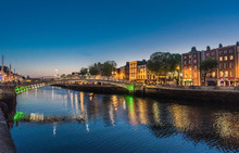 Republic Of Ireland , Dublin, Liffey Bridge, Bridge For Pedestrians In Wrought Iron (1816) Leading To The Temple Bar District