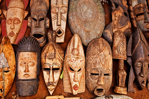 Photo African art on display at an outdoor market in Accra Ghana
