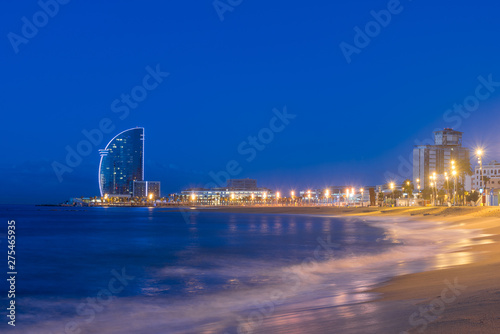 Bleu fonce View of Barcelona Beach in summer night along seaside in Barcelona, Spain. Mediterranean Sea in Spain.