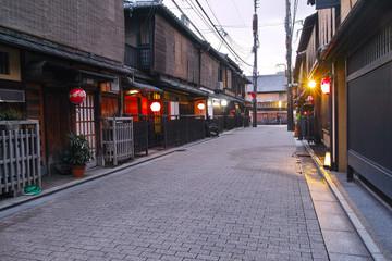 京都祇園の裏通りの夕景