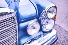 Alter Oldtimer In Blau Mit Kühlergrill Und Lampen Mit Viel Chrome