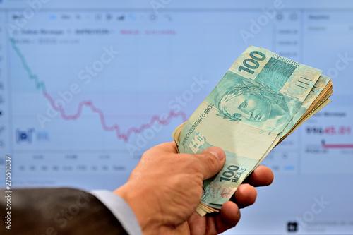 Cuadros en Lienzo Dinheiro na mão de homem comprando ações no mercado de valores
